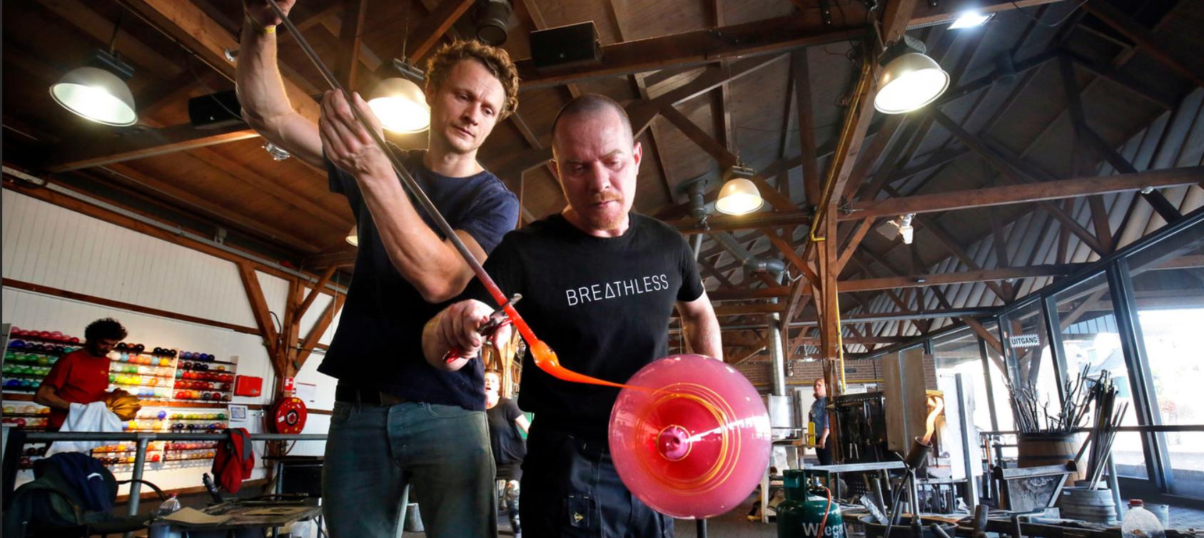 Twintig Jaar Glasblazerij In Leerdam Gevierd Met Blazers Van Het Eerste Uur