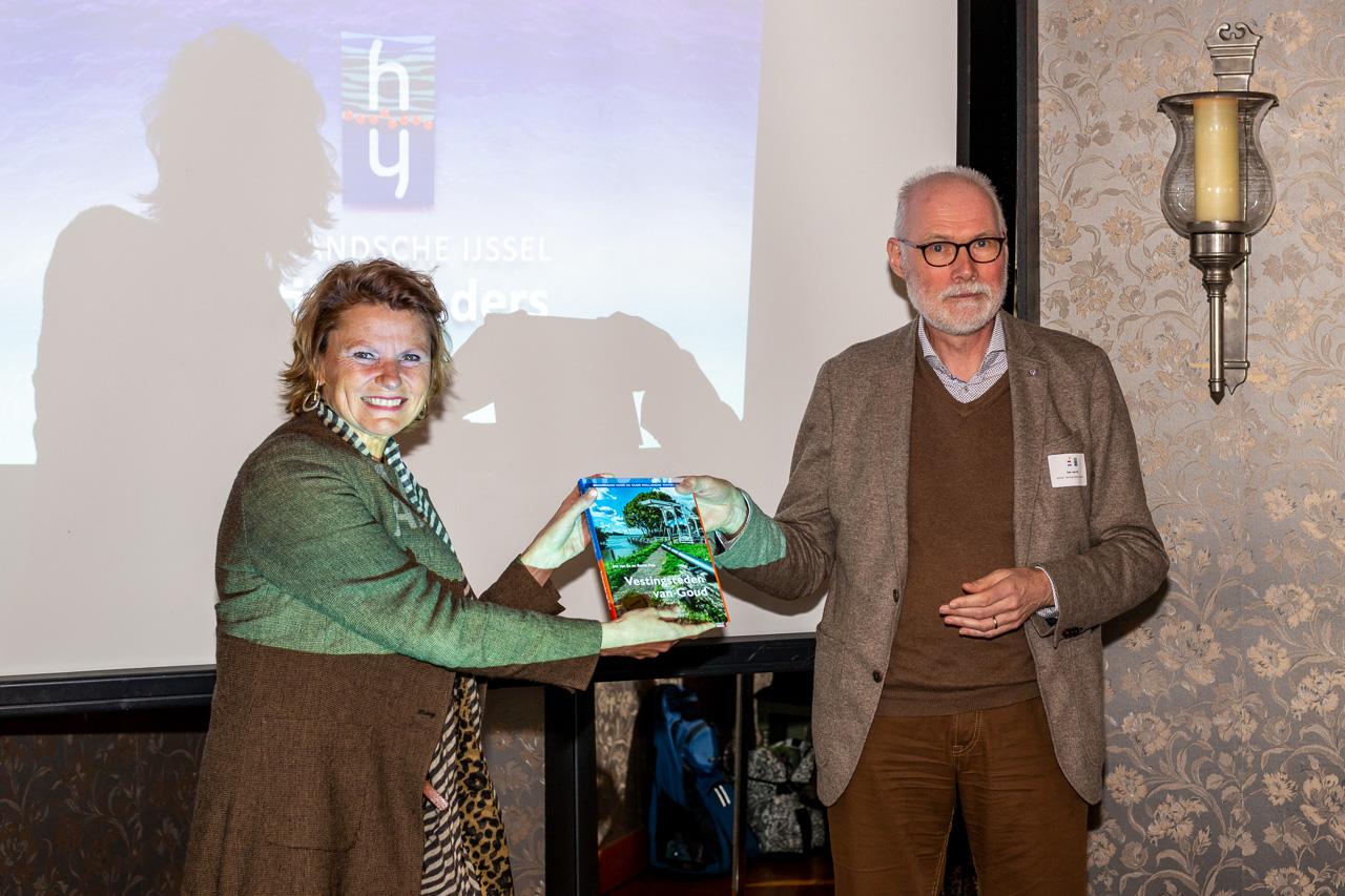 Auteur Jan Van Es Overhandigt Het Eerste Exemplaar Van Vestingsteden Van Goud Aan Burgemeester Petra Van Hartskamp Van Montfoort  (002)