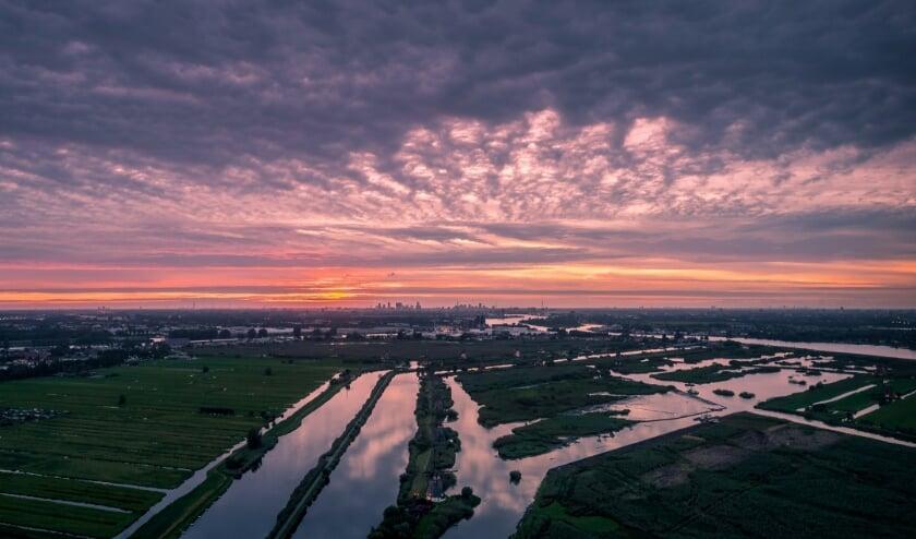 Artikel Kontakt: Mooie Dronefoto Van Zonsondergang Bij Verlichte Molens Van Kinderdijk